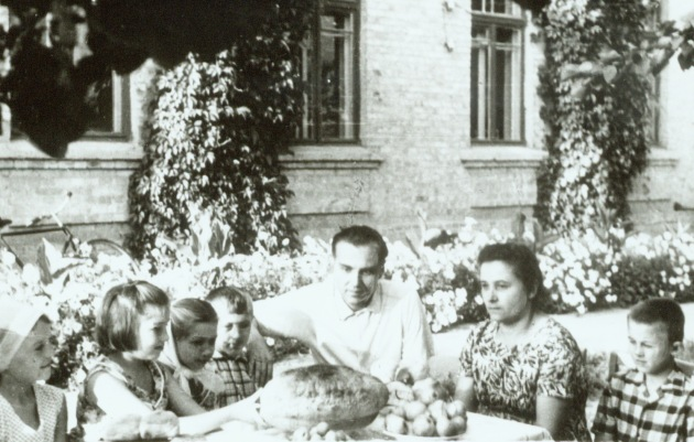 Vasilij Sukhomlinskij and his children after a harvest